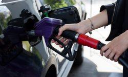 ガソリンスタンドの給油シーン